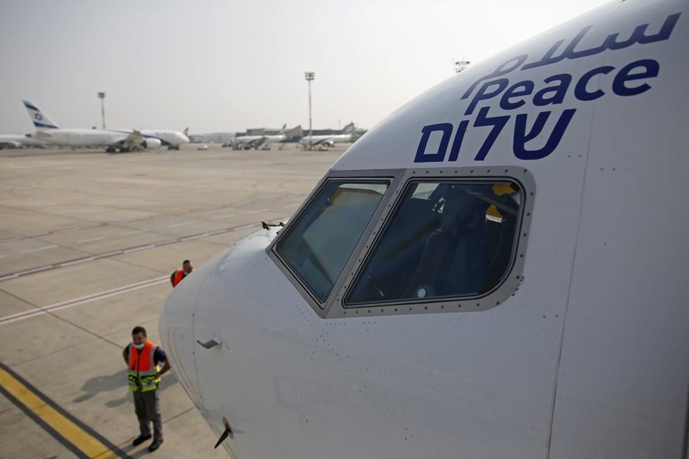 Boeing teve a palavra 'paz' pintada em árabe, inglês e hebraico na fuselagem. — Foto: Nir Elias/Pool Photo via AP