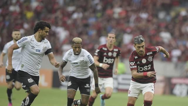Victor Ferraz e Marinho, do Santos, em disputa com Arrascaeta, do Flamengo
