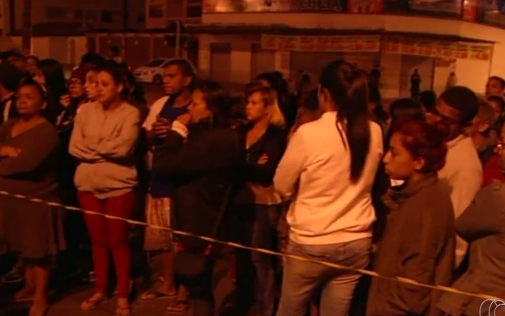 Parentes foram até o local em busca de informações, em Luziânia (Foto: Reprodução/TV Anhanguera)