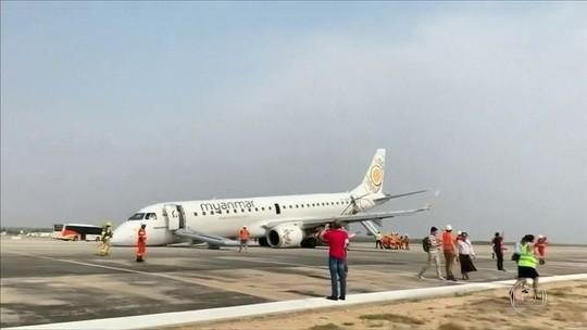 Sem rodas dianteiras, avião faz pouso de emergência em Myanmar