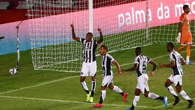 Cléber comemora gol marcado diante do Bahia nesta terça-feira