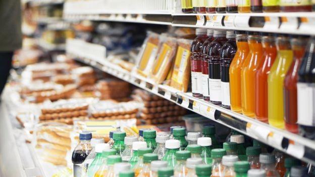 De acordo com Deram, indústria de alimentos e bebidas coloca aditivos e conservantes em excesso nos produtos vendidos no Brasil (Foto: GETTY IMAGES via BBC)