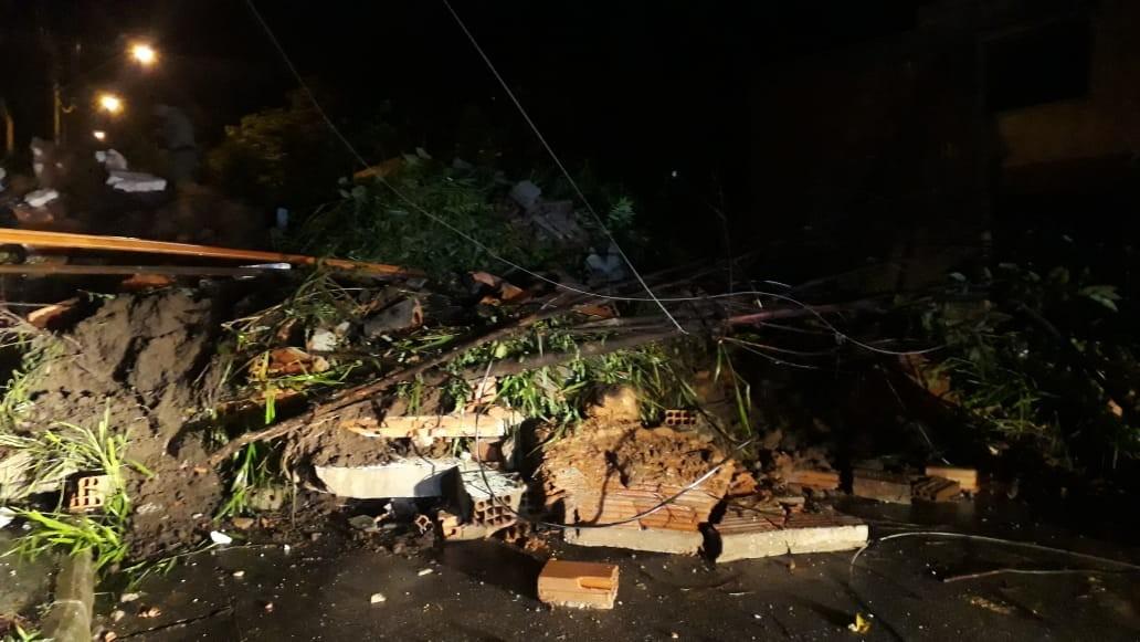 Chuva em MG derruba casa em Betim e deixa soterrados