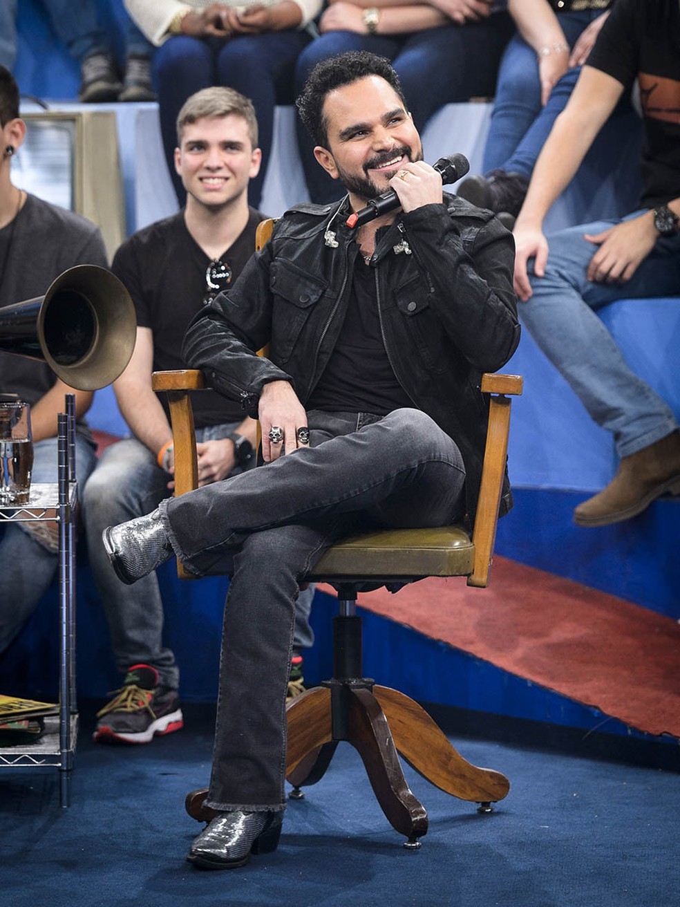 Em maio de 2017, Luciano aparece com barba no 'Altas Horas' (Foto: Globo/Ramón Vasconcelos)