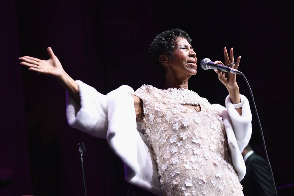 Aretha Franklin se apresenta em cerimônia da fundação no combate à AIDS do cantor Elton John, na Catedral de São João, O Divino, em Nova York, em novembro de 2017 (Foto: Dimitrios Kambouris/Getty Images via AFP)
