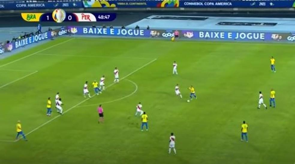 Atrás de quatro jogadores do Brasil, Ribeiro abre jogada para Richarlison — Foto: Reprodução