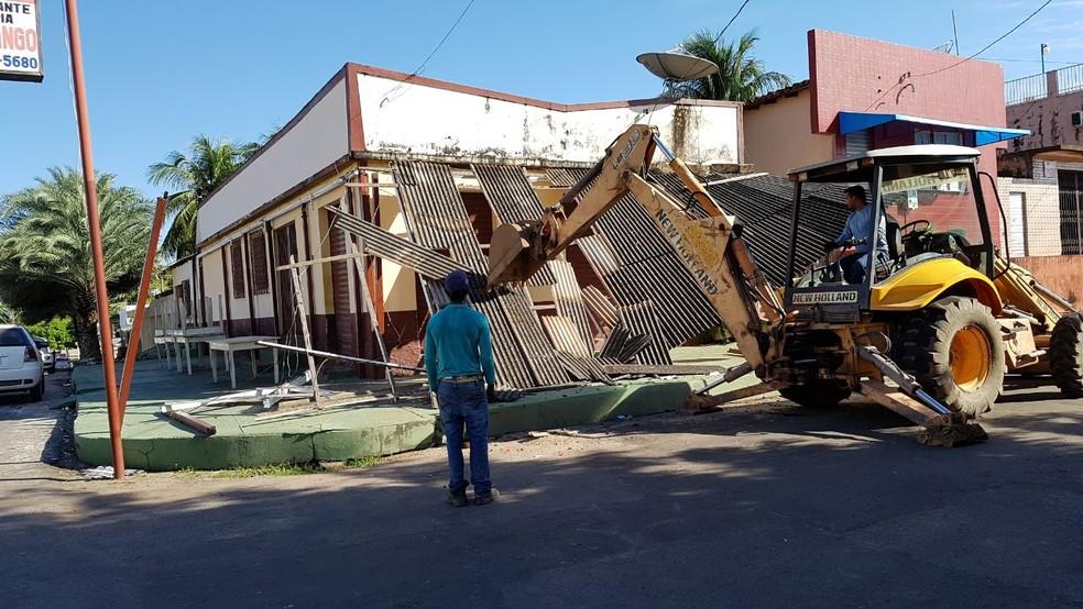 Cobertura de restaurante é derrubada para desobstruir passeio público (Foto: Emanuel Sá/ Divulgação)
