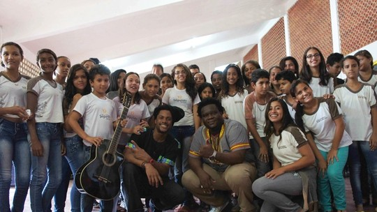 Cantores da Dois Africanos dão palestra em escola pública na Paraíba sobre consciência negra