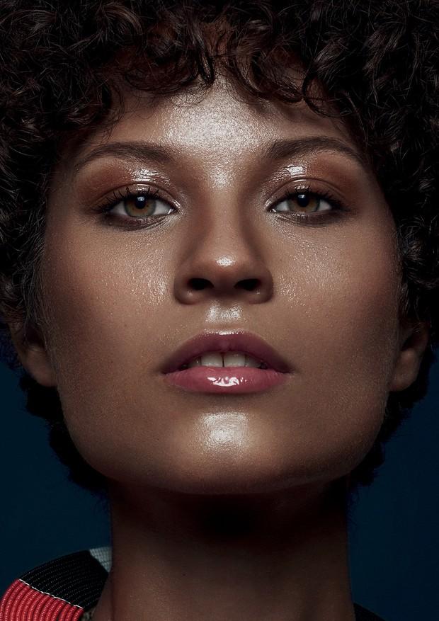 Saiba como camuflar pequenas imperfeições sem carregar no corretivo (Foto: Pülmanns/ Arquivo Vogue)
