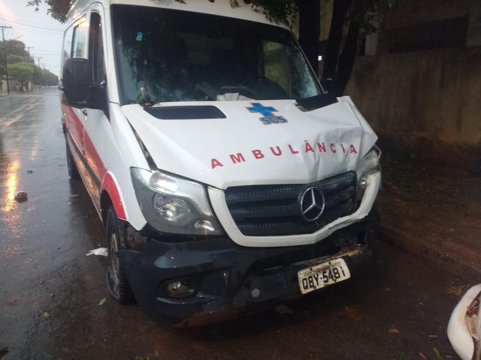 Documentos do veículo foram levados pelos ladrões — Foto: Heverton Luiz