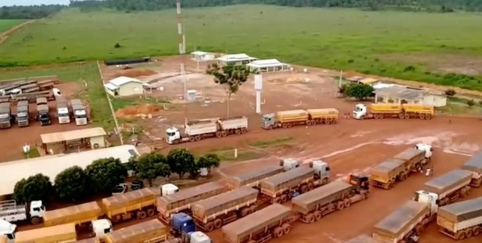 Caminhões estão parados em pátio de fazendo por causa da condição das estradas — Foto: TVCA/Reprodução