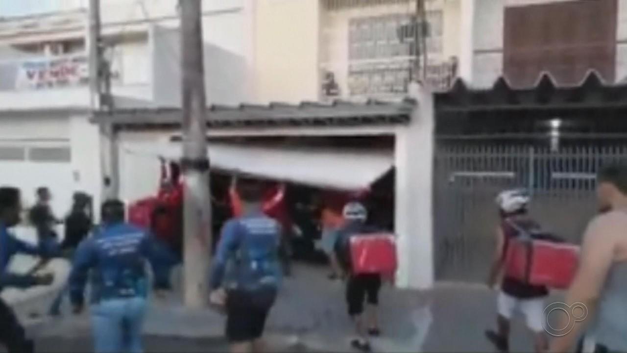 Motoboys de aplicativos de comida depredam casa e carro de morador de Bauru