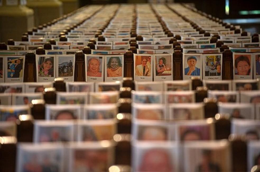 Missa é celebrada em Lima apenas com fotos dos 6,5 mil mortos da pandemia no Peru — Foto: Ernesto Benavides/AFP