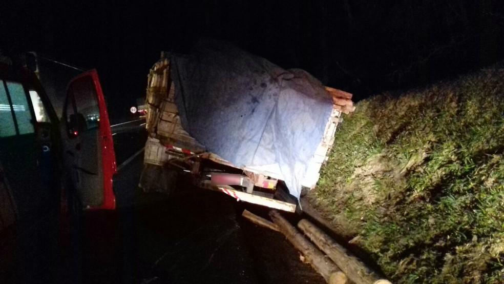Caminhão de enlvolveu em acidente com micro-ônibus (Foto: Divulgação/PRF)