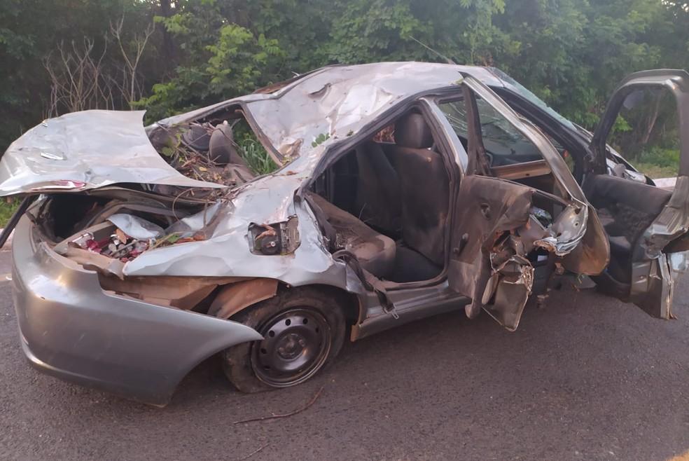 Carro caiu a uma altura de 10 metros e ficou completamente destruído. — Foto: Divulgação/Polícia Militar Rodoviária