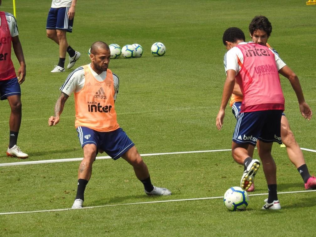 Daniel Alves vai a campo em treino do São Paulo — Foto: Marcelo Hazan