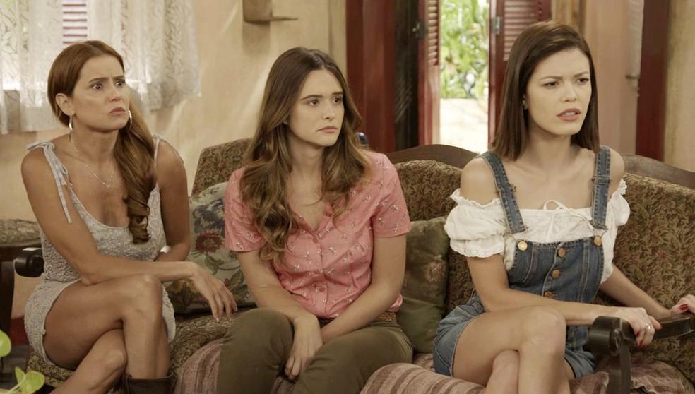 Alexia/Josimara (Deborah Secco), Luna/Fiona (Juliana Paiva) e Kyra/Cleyde (Vitória Strada) recebem o quadro de tarefas de Ermelinda (Grace Gianoukas) em 'Salve-se Quem Puder' — Foto: Globo