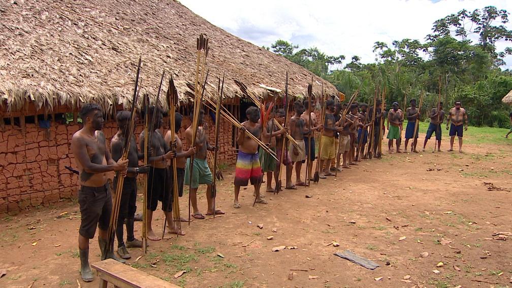Homens com arco e flecha na comunidade Palimiú — Foto: Alexandro Pereira/Rede Amazônica