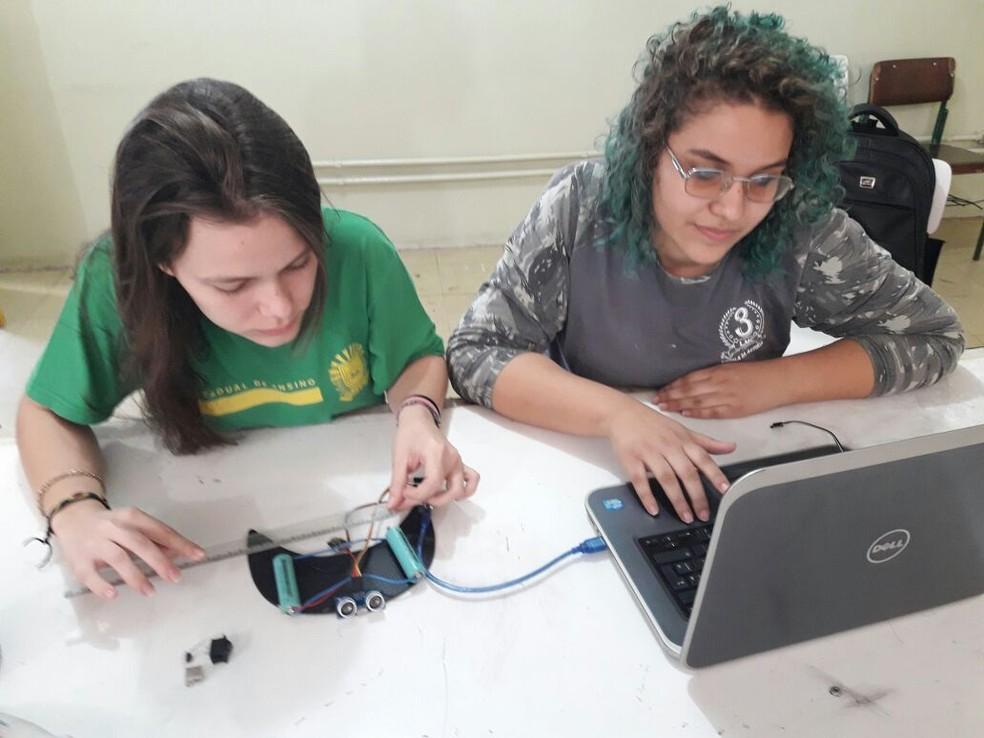 Estudantes Luanna Lupifiere e Gabrielly Bueno desenvolvendo boné (Foto: André Ximenes/Arquivo Pessoal)