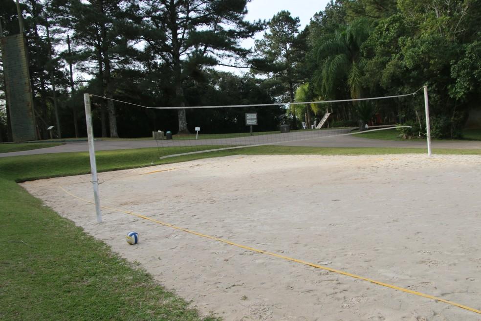 Quadra de areia também é opção para trabalhos — Foto: Tomás Hammes/GloboEsporte.com