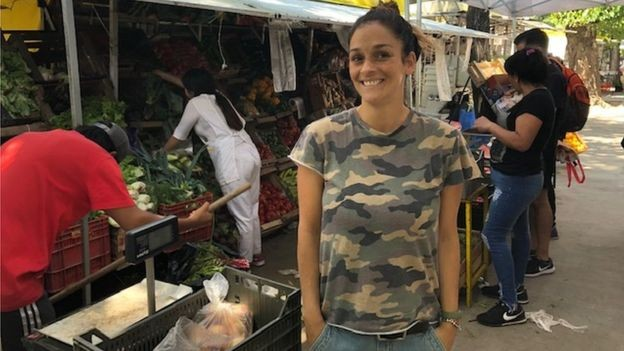 Magdalena Kraft, de 37 anos, abriu mão de aulas de ginástica na academia e tenta economizar nas compras no supermercado (Foto: MARCIA CARMO / BBC)