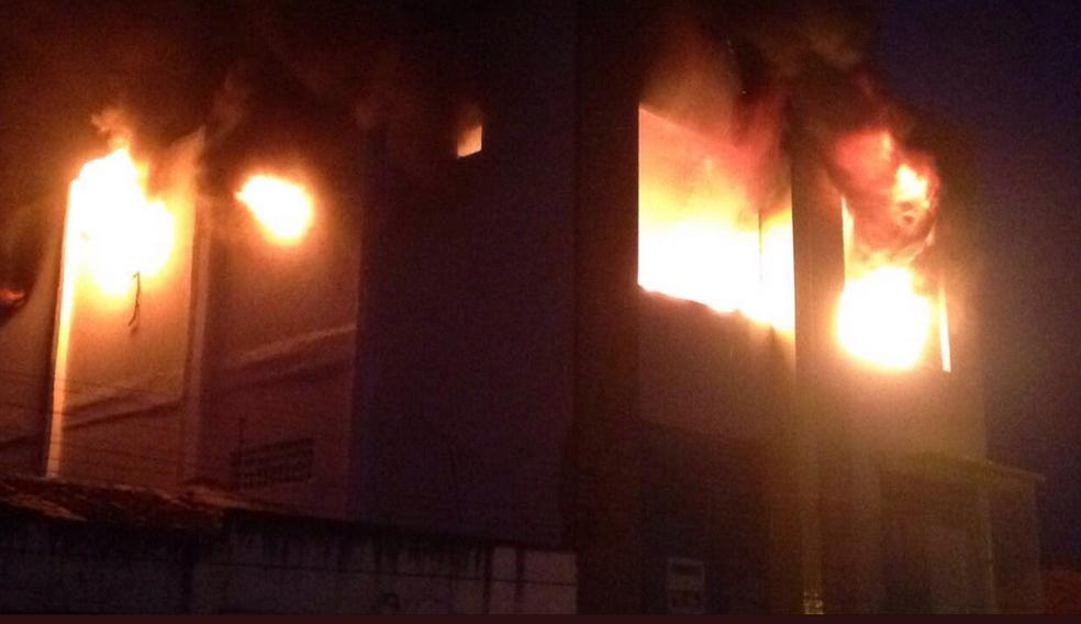 Incêndio em loja de móveis durou quatro horas, segundo Corpo de Bombeiros. (Foto: Evelyn Perez)
