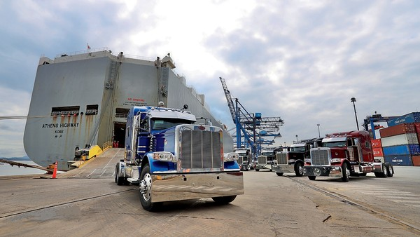 """Um gerador à parte """"salvou"""" os caminhões de ficarem presos dentro do navio — Foto: Divulgação"""
