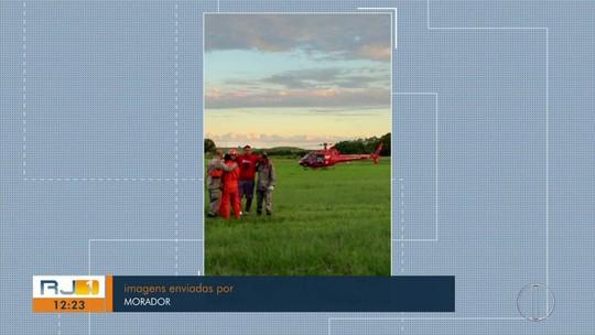 Homem cai de parapente, fica preso em árvore e é resgatado por helicóptero dos bombeiros em Saquarema, no RJ