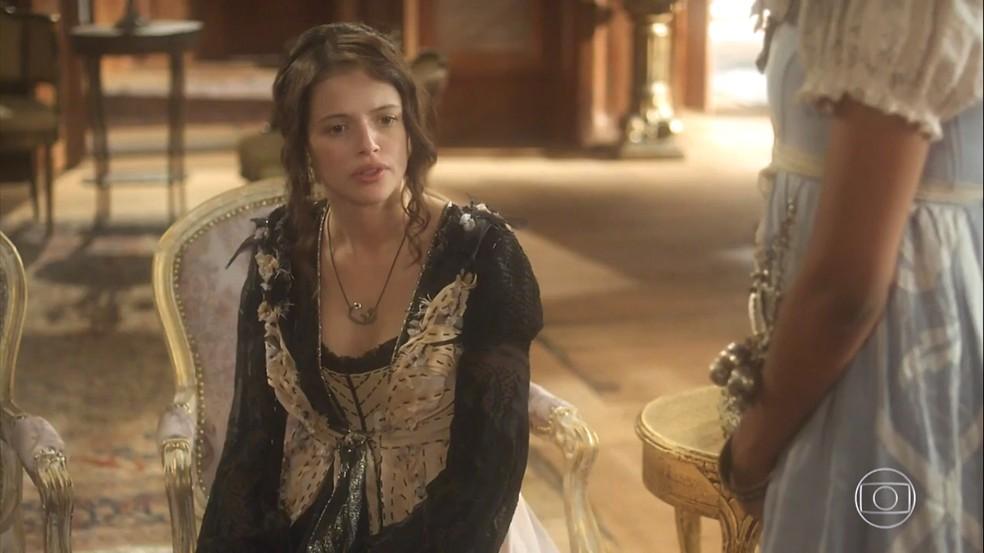 Domitila (Agatha Moreira) sente a ameça e diz a Rosa (Alice Morena) que vendeu sua alma ao se aliar a Thomas (Gabriel Braga Nunes), em 'Novo Mundo' — Foto: TV Globo