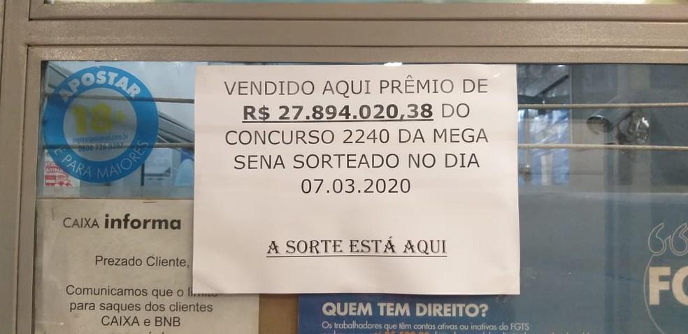 """Cartazete na entrada da lotérica informa que bilhete premiado foi vendido """"aqui"""" — Foto: Alex Araújo/G1"""