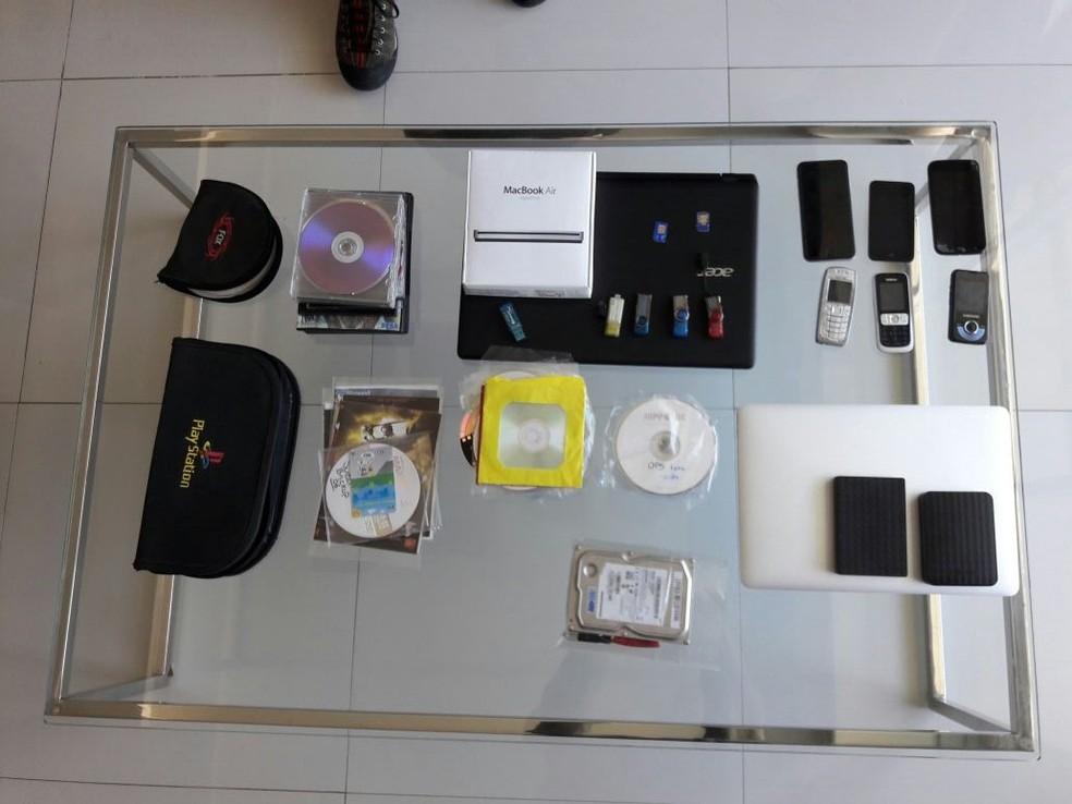 PF apreendeu materiais de informática na casa do universitário (Foto: Polícia Federal/ Divulgação)