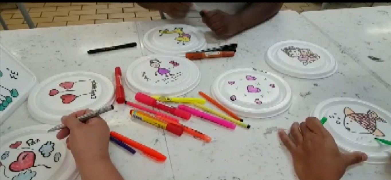 Coronavírus: equipe do HC da Unicamp desenha e escreve mensagens de carinho em tampas de marmitas das crianças