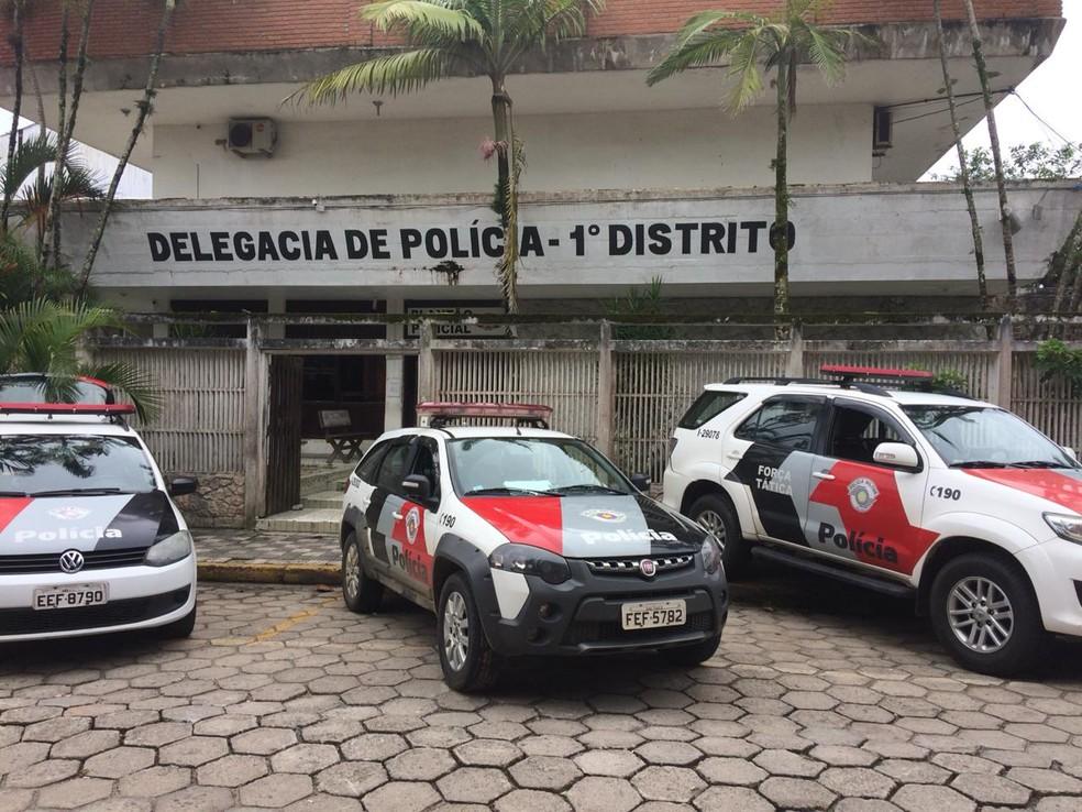 Três detidos foram levados para a delegacia da Polícia Civil em Itanhaém, SP — Foto: G1 Santos