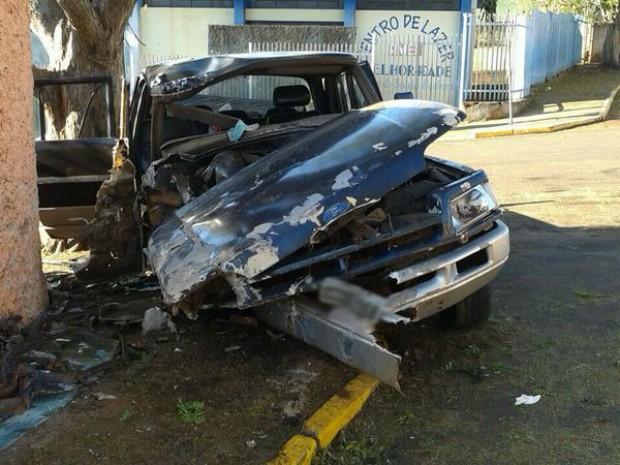 Veículo bateu contra o muro da escola (Foto: Divulgação / Polícia Militar)