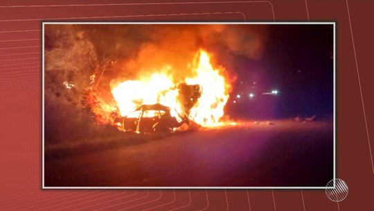 Carro e caminhão pegam fogo após batida na BR-030 e três pessoas morrem carbonizadas