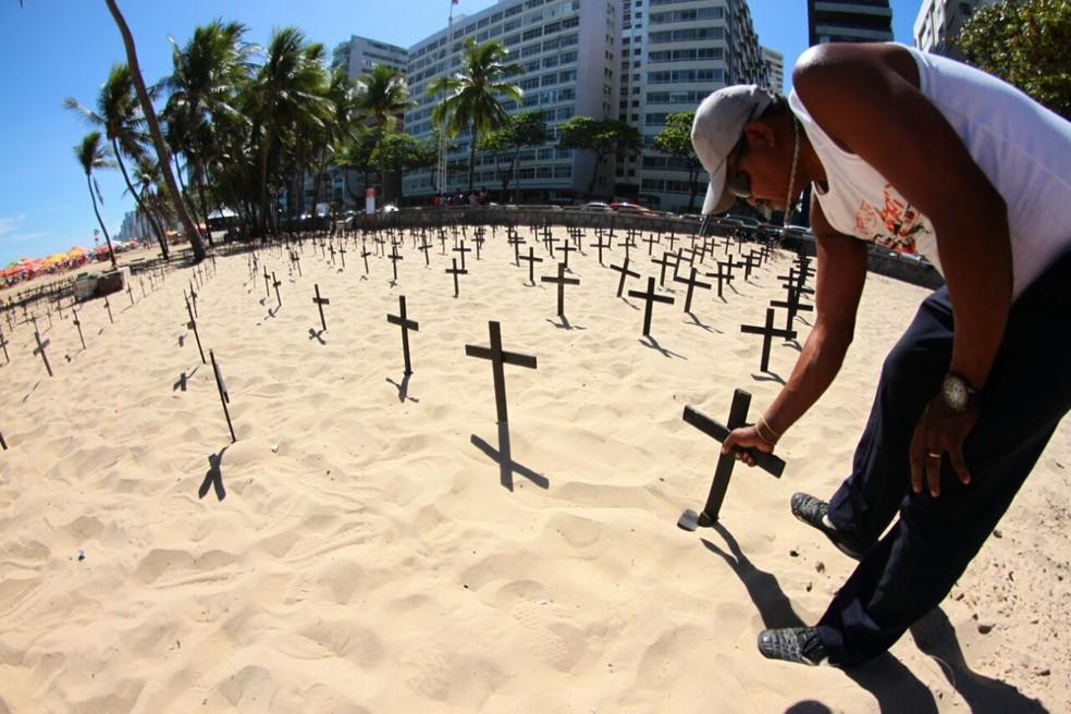 Cruzes foram fincadas para simbolizar os homicídios contabilizados em 2016 (Foto: Marlon Costa/Pernambuco Press)