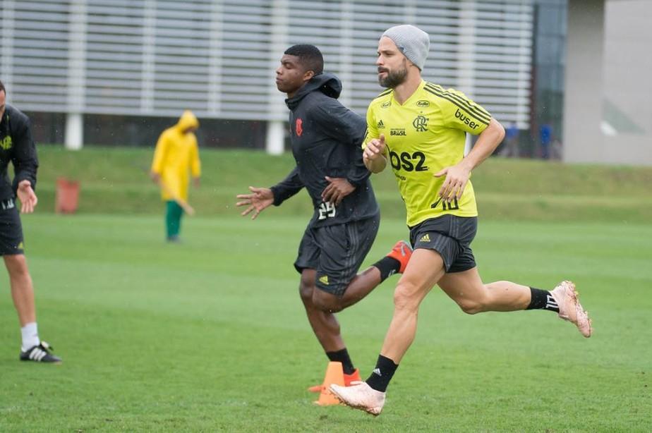 Diego e Lincoln voltam a treinar com grupo e dão novo passo para ficarem à disposição no Flamengo
