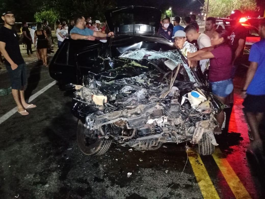 Casal sofre fraturas e fica preso às ferragens após carro bater de frente com ônibus na BR-343, no Piauí