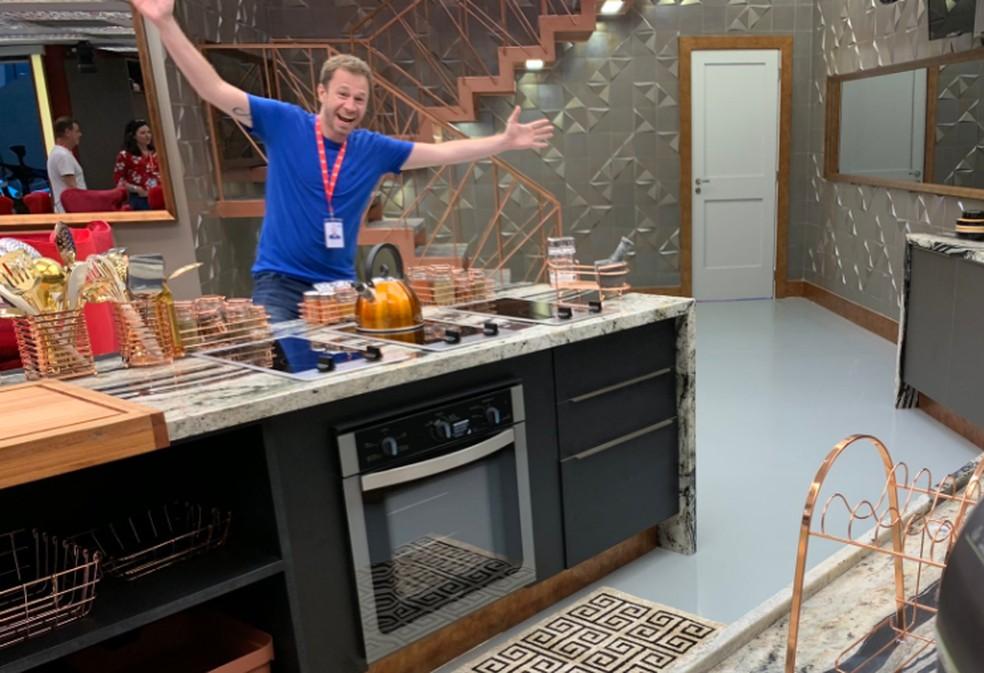 Em seu Twitter, Boninho postou essa foto que mostra Tiago Leifert e vários outros detalhes da cozinha do BBB19 — Foto: Reprodução Twitter Boninho