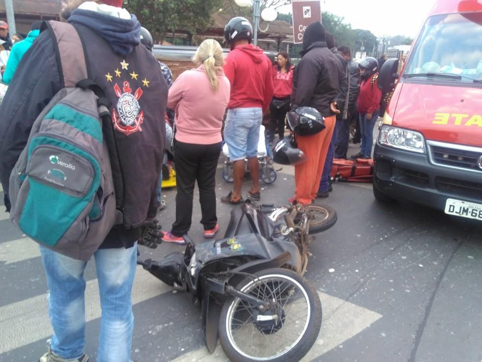 Mulher e moto ficaram sob o carro em acidente em Porto Ferreira. Motorista do carro fugiu do local.  (Foto: Divulgação)