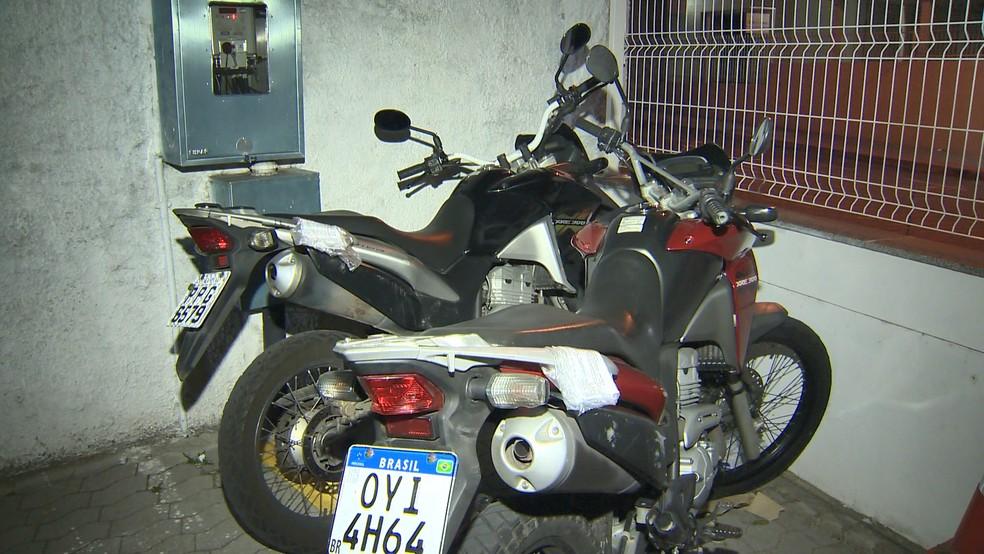 Motocicletas foram apreendidas e levadas para a delegacia — Foto: Reprodução/TV Gazeta