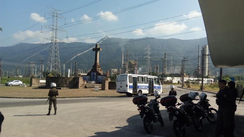 Exército faz a segurança de Refinaria da Petrobas em Cubatão, SP (Foto: G1 Santos)