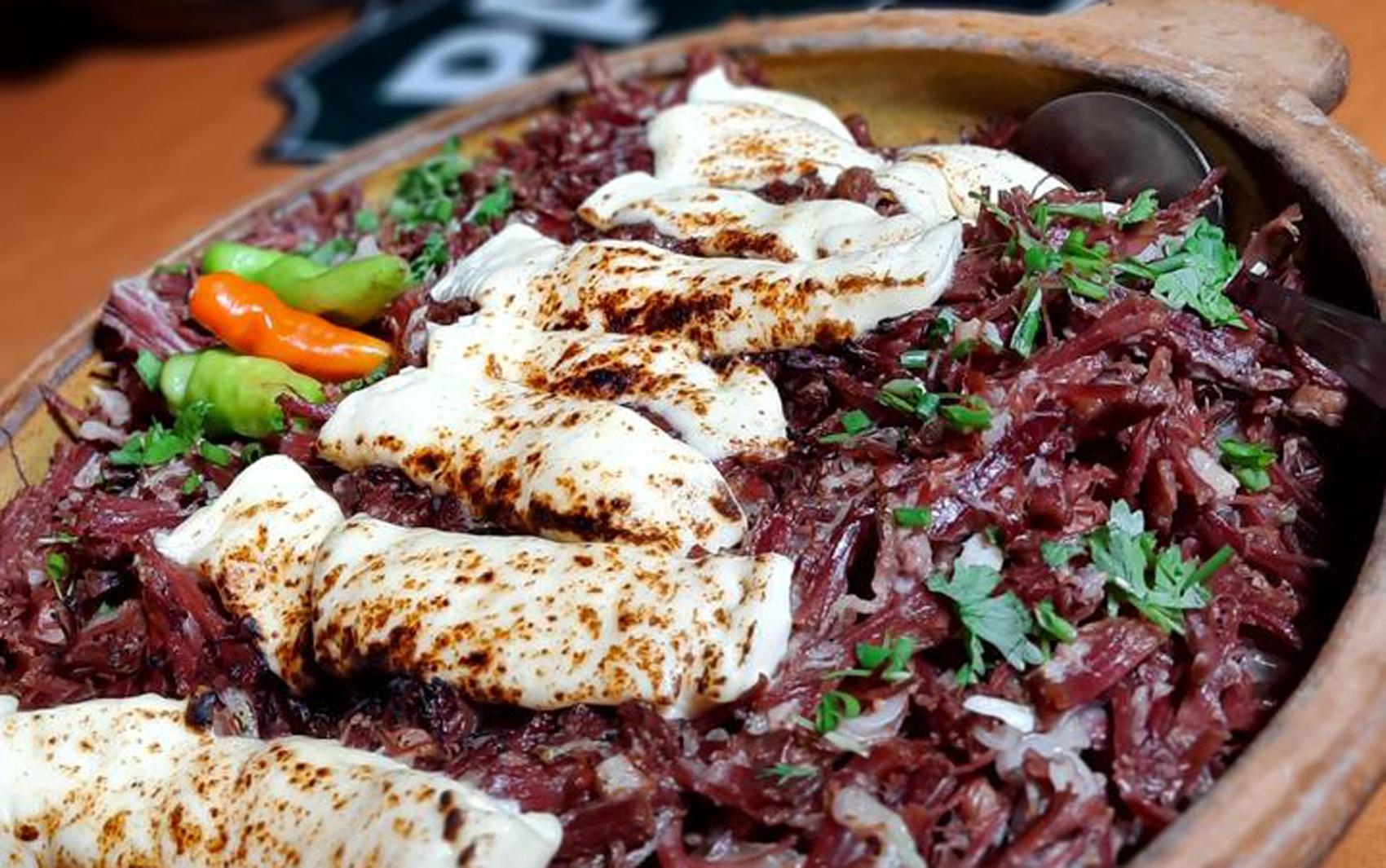 Panela de Bairro de São João: Veja a receita de jabá desfiado e acebolado com queijo coalho gratinado