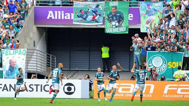 Deyverson comemora gol contra o Corinthians