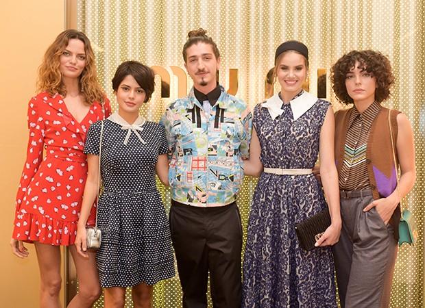 Barbara Fialho, Julia Dalavia, Johnny Massaro, Camila Queiroz e Julia Konrad (Foto: Rodrigo Zorzi/ Divulgação)