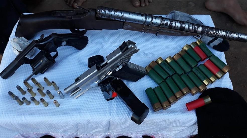 Polícia apreendeu vários tipos de armas em operação na região de Pedrinhas, em São Luís (Foto: Divulgação/Polícia Militar)