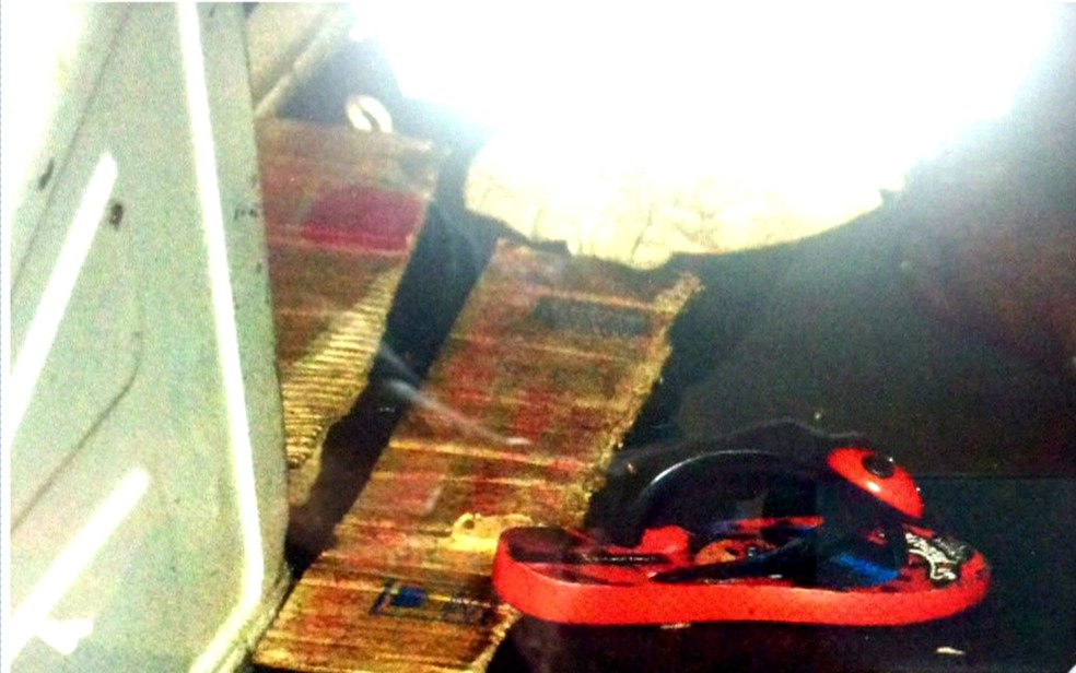 Chinelo estava dentro de furgão onde foram achadas duas meninas mortas na Zona Leste de São Paulo (Foto: Reprodução/TV Globo)