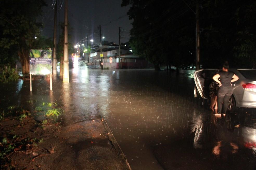 Trecho da Rua Waldemar Jardim Maués ficou alagado — Foto: Rickardo Marques/G1 AM