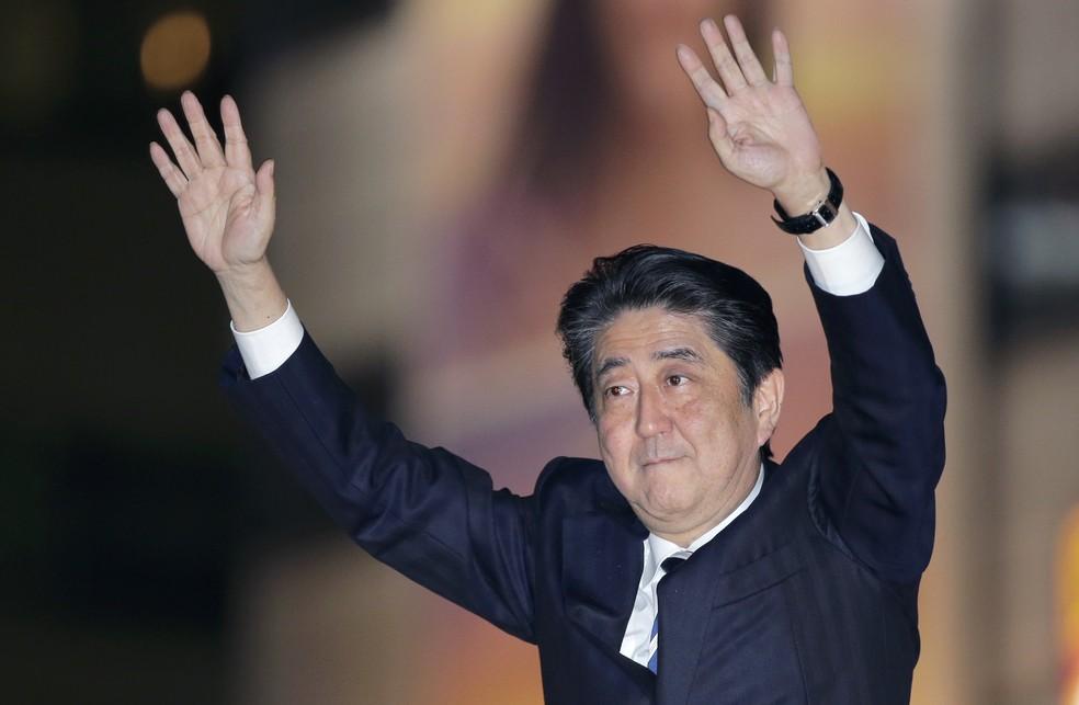 O primeiro-ministro japonês Shinzo Abe acena a apoiadores durante campanha para as eleições legislativas em Toquio (Foto: AP Photo/Shizuo Kambayashi)