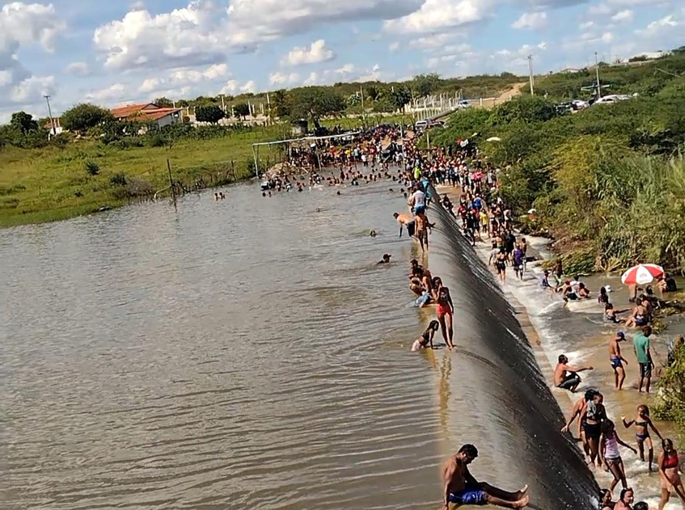 Aglomeração de pessoas é registrada no entorno de açude, em Taperoá, na Paraíba — Foto: Reprodução/TV Cabo Branco